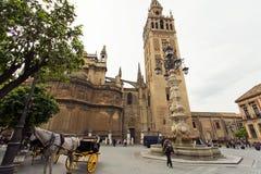 Domkyrkan av Seville med de Giralda sikterna från piazza Virg fotografering för bildbyråer