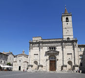 Domkyrkan av St Emidio i den Arringo fyrkanten är den äldsta monumentala fyrkanten av staden av Ascoli Piceno Fotografering för Bildbyråer