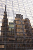 Domkyrkan av St Patrick reflekterar i en byggnad bredvid den Royaltyfri Bild