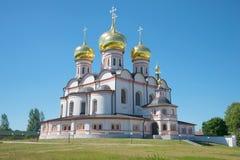 Domkyrkan av symbolen av modern av guden av den Iverskaya närbilden på en solig Juli dag Valdai Iversky Bogoroditsky kloster, R Royaltyfri Bild