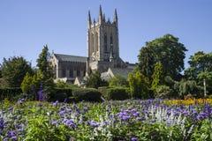 Domkyrkan för St Edmundsbury från Abbey Gardens begraver in St Edmunds royaltyfri fotografi