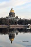 Domkyrkan för St Isaacs reflekterade i floden Neva Royaltyfria Bilder