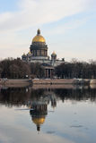 Domkyrkan för St Isaacs reflekterade i floden Neva Royaltyfri Foto