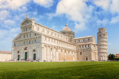 Domkyrkan med det lutande tornet i piazzadeien Miracoli Arkivfoto