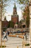 Domkyrkan och Spasskaya för St-basilika` s Pokrovsky står högt Arkivbild
