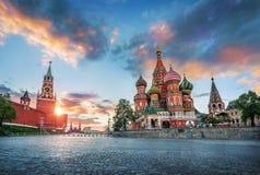 Domkyrkan och Spasskaya för St-basilika` s står högt royaltyfri bild
