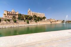 Domkyrkan och springbrunnen i mitten av Palma de Mallorca Fotografering för Bildbyråer