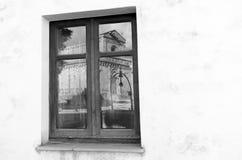 Domkyrkan reflekterade i exponeringsglaset av ett fönster Arkivfoton
