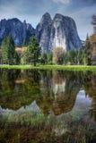 Domkyrkan vaggar på Yosemite reflekterade i floden Fotografering för Bildbyråer