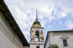 Domkyrkor och kyrkor på den Varvarka gatan - som lokaliseras nära röd fyrkant i Moskva, Ryssland royaltyfria bilder