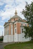 Domkyrkor och kyrkor på den Varvarka gatan - som lokaliseras nära röd fyrkant i Moskva, Ryssland fotografering för bildbyråer