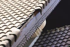 Dommages à la maison de toit après montée subite de tempête image stock