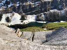 Dommages aux fermes de montagne provoquées par les avalanches neigeuses dans le verschneite Lawinen de durch de Schäden de régio photographie stock
