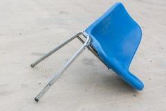 Dommages bleus de chaise Photographie stock