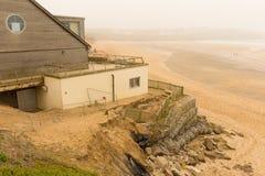 Dommages de Newquay de plage de Fistral provoqués par des tempêtes Image stock