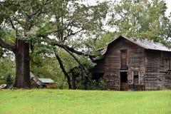 Dommages de tempête à la grange de pays photo libre de droits