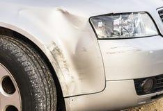 Dommages de voiture après le pare-chocs d'accident, rayée et bosselée image stock