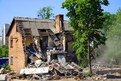 Dommages ruinés de maison après catastrophe Démolition de vieilles constructions Image libre de droits