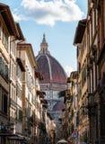Domo de Florença disparado através da rua imagens de stock royalty free
