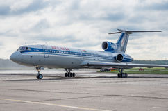 Domodedovo-Flughafen, Moskau - 11. Juli 2015: Tupolev Tu-154M EW-85748 von Belavia-Fluglinien Stockbilder
