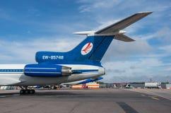 Domodedovo-Flughafen, Moskau - 11. Juli 2015: Tupolev Tu-154M EW-85748 von Belavia-Fluglinien: Endstück mit Strahltriebwerken und Lizenzfreie Stockfotografie