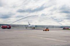 Domodedovo-Flughafen, Moskau - 11. Juli 2015: Tupolev Tu-154M EW-85748 von Belavia-Fluglinien gegrüßt durch Wasserbogen Lizenzfreie Stockfotos