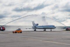 Domodedovo-Flughafen, Moskau - 11. Juli 2015: Tupolev Tu-154M EW-85748 von Belavia-Fluglinien gegrüßt durch Wasserbogen Lizenzfreie Stockbilder