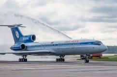 Domodedovo-Flughafen, Moskau - 11. Juli 2015: Tupolev Tu-154M EW-85748 von Belavia-Fluglinien gegrüßt durch Wasserbogen Stockfoto