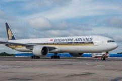 Domodedovo-Flughafen, Moskau - 11. Juli 2015: 9V-SVF - Boeing 777-212 (ER) von Singapore Airlines Lizenzfreie Stockfotografie