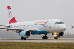 Domodedovo-Flughafen, Moskau - 25. Oktober 2015: Airbus A320 OE-LBQ von Austrian Airlines Lizenzfreie Stockfotos