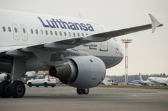 Domodedovo-Flughafen, Moskau - 25. Oktober 2015: Airbus A320-200 von Lufthansa Lizenzfreies Stockfoto