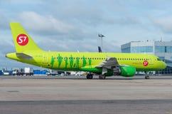 Domodedovo flygplats, Moskva - Juli 11th, 2015: Flygbuss A320 VQ-BES av S7 Airlines Arkivfoton