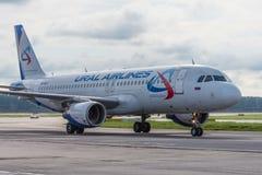 Domodedovo flygplats, Moskva - Juli 11th, 2015: Flygbuss A319 VQ-BFZ av Ural Airlines Fotografering för Bildbyråer