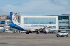 Domodedovo flygplats, Moskva - Juli 11th, 2015: Flygbuss A319 VQ-BFZ av Ural Airlines Royaltyfri Bild