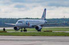 Domodedovo flygplats, Moskva - Juli 11th, 2015: Flygbuss A319 VQ-BTZ av Ural Airlines Arkivbild