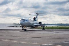 Domodedovo flygplats, Moskva - Juli 11th, 2015: Tupolev Tu-154M EW-85748 av Belavia flygbolag Arkivfoto
