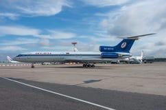 Domodedovo flygplats, Moskva - Juli 11th, 2015: Tupolev Tu-154M EW-85748 av Belavia flygbolag Royaltyfri Bild