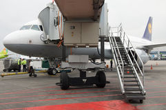 Domodedovo flygplats, Moskva - November 11th, 2010: Flygbuss A320-200 av Lufthansa med Jetbridge Fotografering för Bildbyråer