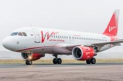 Domodedovo flygplats, Moskva - Oktober 25th, 2015: Flygbuss A319 av Vimflygbolag Arkivbilder