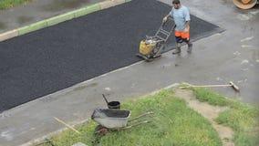 DOMODEDOVO, RÚSSIA - 17 DE MAIO DE 2017: Compressão do asfalto com um rolo Asfalto da selagem com um compressor da placa asfalto video estoque