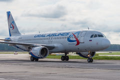 Domodedovoluchthaven, Moskou - Juli elfde, 2015: Luchtbus A319 vq-BFZ van Ural Airlines Stock Afbeelding