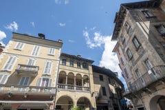 Domodossola Piedmont, Italien: historiska byggnader royaltyfri foto