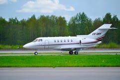 Domokrążcy Beechcraft domokrążcy 800XP biznesu strumień NetJets Europa linie lotnicze jedzie na pasie startowym po przyjazdu przy Zdjęcie Royalty Free