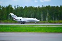 Domokrążcy Beechcraft domokrążcy 800XP biznesu strumień NetJets Europa linie lotnicze jedzie na pasie startowym po przyjazdu przy Obraz Royalty Free