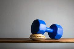 domoor gezet op de Oefeningen van het hamburgeridee voor mede het dieet van het Gewichtsverlies Royalty-vrije Stock Afbeeldingen