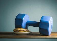 domoor gezet op de Oefeningen van het hamburgeridee voor mede het dieet van het Gewichtsverlies Royalty-vrije Stock Fotografie
