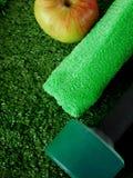 Domoor, groene handdoek en een appel op gras Concept sporten en gezonde levensstijl Stock Foto's