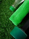 Domoor, groene handdoek en een fles water op gras Concept sporten en gezonde levensstijl Stock Afbeelding