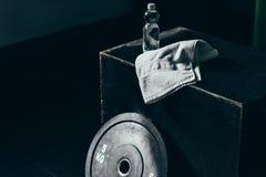 Domoorgewicht, fles water en handdoek op een kubus royalty-vrije stock foto
