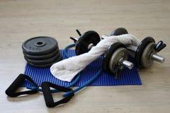 Domoren en gestapelde gewichten op een vloer van de Gymnastiek Royalty-vrije Stock Foto